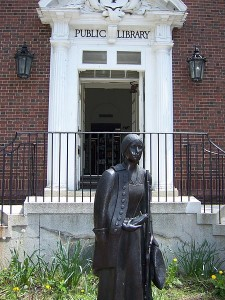 Deborah_Sampson_Statue_Sharon_public_library